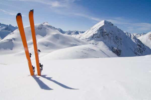 Combien coûtent vraiment des vacances au ski ? Des conseils et astuces pour skier moins cher