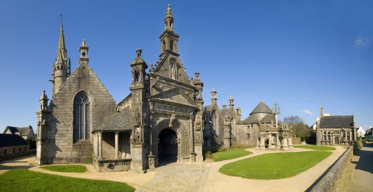 Promenade dans les circuits des enclos paroissiaux du Finistère