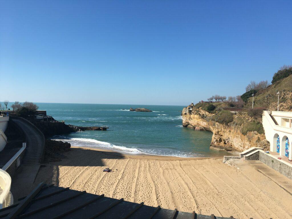 Promenade sur la petite plage de Biarritz