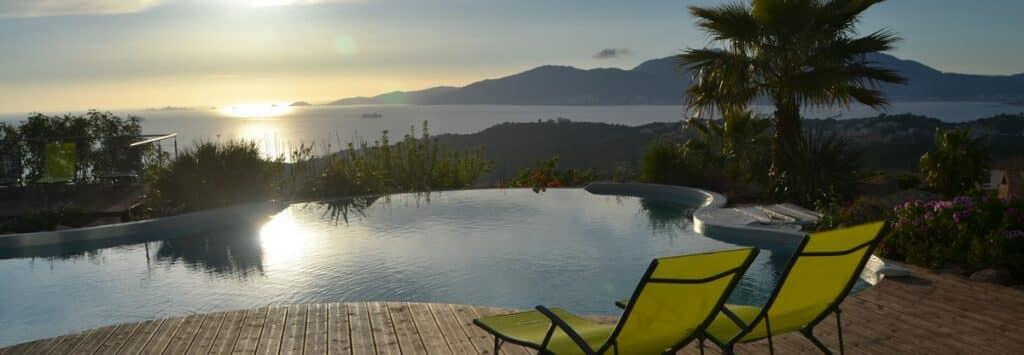 Vue panoramique depuis la piscine l'établissement la Villa Sole Rossu