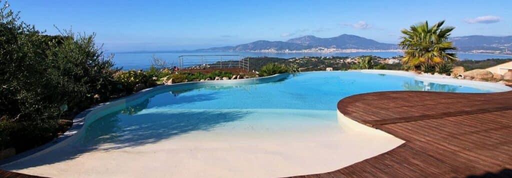 Détente à la piscine de la Villa Sole Rossu