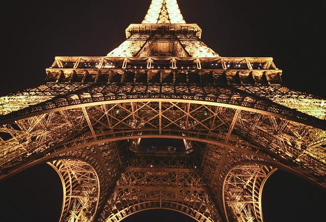 La tour Eiffel est une tour de fer puddlé de 324 mètres de hauteur